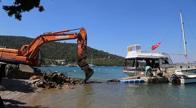Bodrum'da deniz kenarındaki tuvalet kabini yıkıldı