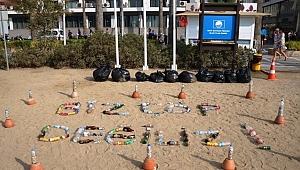 Marmaris'te gece boyunca plaja atılan çöpler sergilendi
