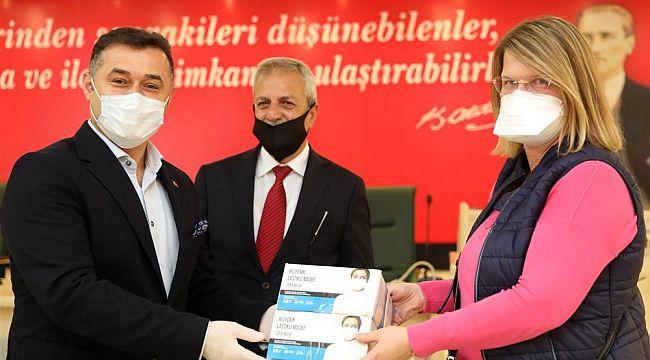 Alanya'da yaşayan yabancılara maske dağıtıldı