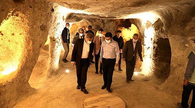 Demircan, dünyanın en büyük kaya oyma yamaç yerleşimini gezdi