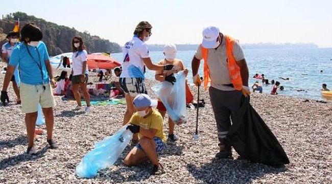 Dünyaca ünlü Konyaaltı sahilini temizlediler