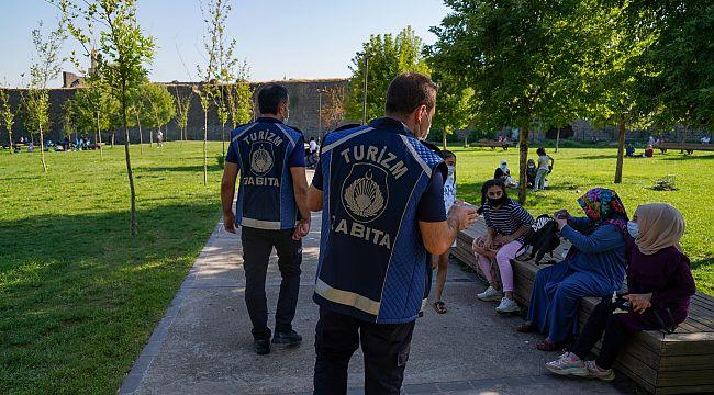 6 dil bilen 'Turizm Zabıtaları' turistlere rehberlik yapıyor