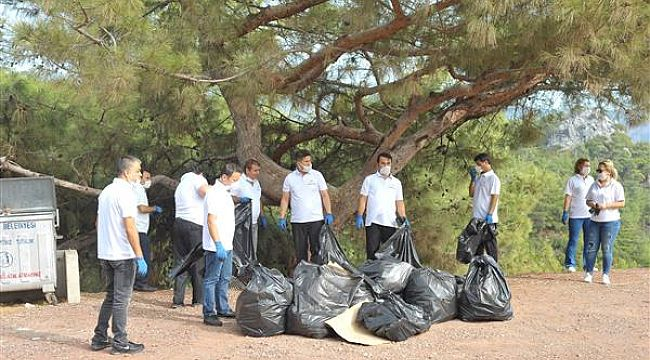 Otel personeli Armutalan Seyir Tepesi'ni temizledi
