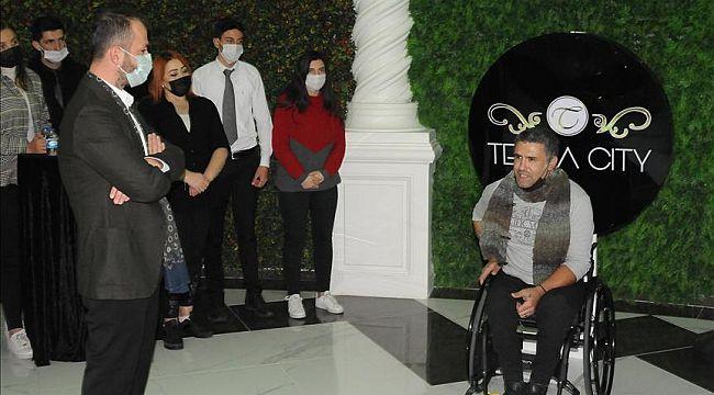 Otel çalışanlarından, engelli sanatçı Öztürk'e tekerlekli sandalye