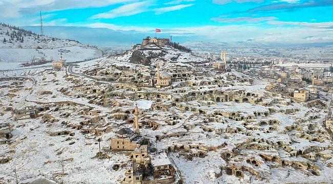 Binlerce turistin ziyaret ettiği Kayaşehir beyaza büründü
