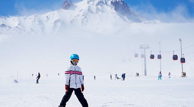 Erciyes'te kayak keyfi sürüyor